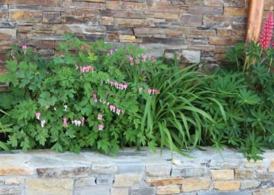 0484 Sommer Wandverblendung Mauer mit Blumen