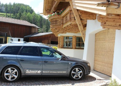 0485 Sommer Vorderansicht mit Auto Schmid Putz-Steintechnik